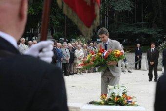 Dépôt de gerbe de Jean Dionis lors du 64e anniversaire de la Libération d'Agen . 19/08/08